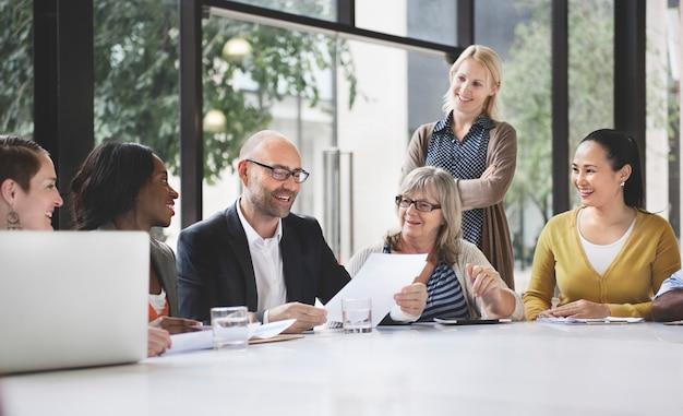 Groep bedrijfsmensen die bureauconcept bespreken