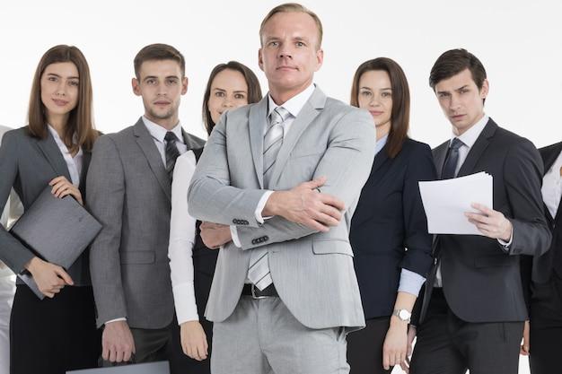 Groep bedrijfsmensen die documenten houden. commercieel team dat over witte achtergrond wordt geïsoleerd