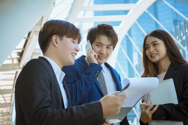 Groep bedrijfsmensen die en voor succesproject spreken