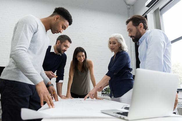 Groep bedrijfsmensen die financieel plan bespreken