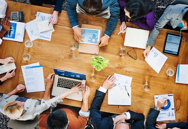Groep bedrijfsmensen die in het bureauconcept werken