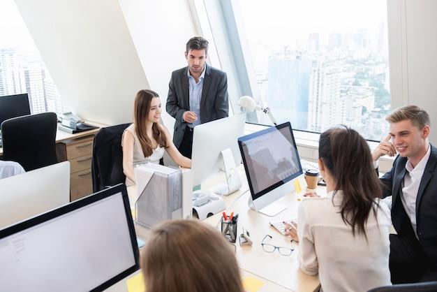 Groep bedrijfsmensen die in hoog stijgingsbureau werken die in de stad buiding