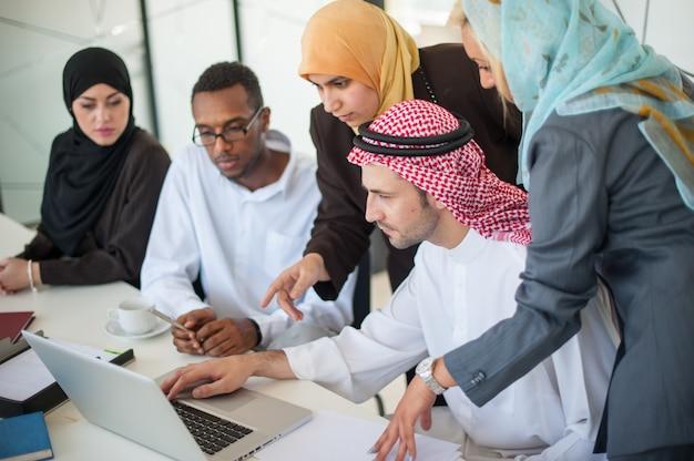 Groep bedrijfsmensen die op vergadering bespreken