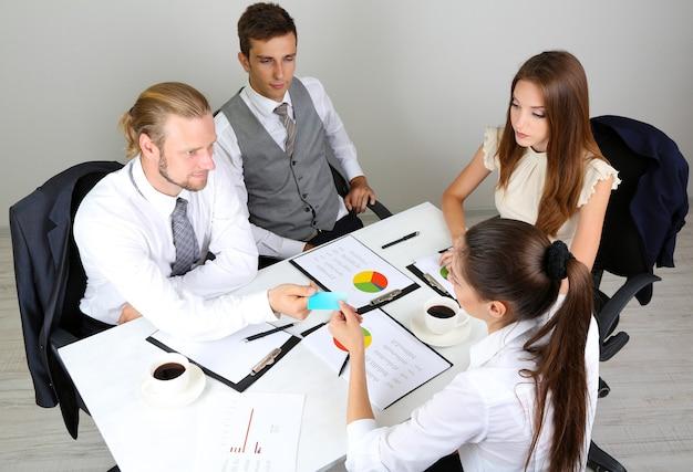 Groep bedrijfsmensen die samenkomen hebben