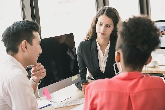 Groep bedrijfsmensen in een bureauvergadering