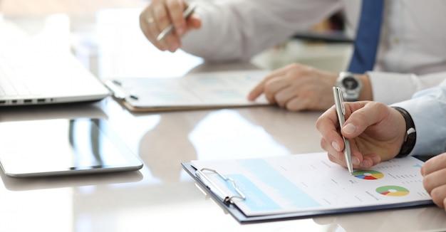 Groep bedrijfsmensen met financieel klembord