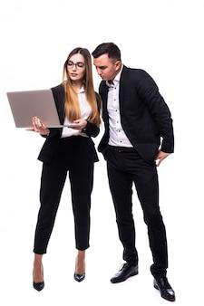 Groep bedrijfsmensenman en vrouw in zwarte reeks die op laptop letten op
