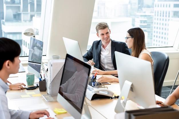Groep bedrijfsmensenmedewerkers die in bureauruimte werken