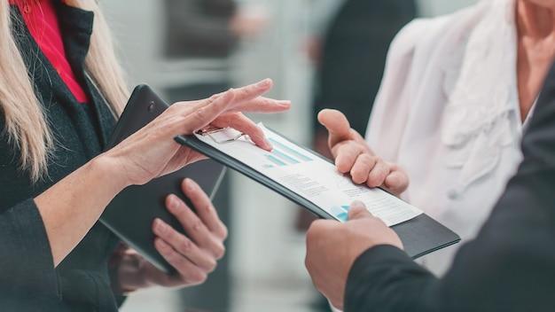 Groep bekwame werknemers die zakelijke documenten bespreken