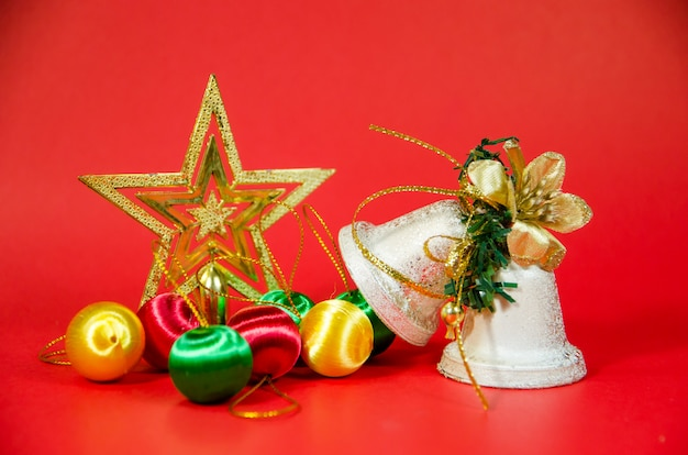 Groep bel, bal en cadeau in kerstmis op rode achtergrond