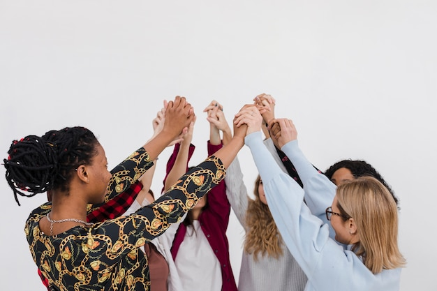 Groep beste vrienden hand in hand