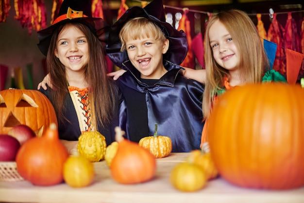 Groep beste vrienden op het halloween-feest