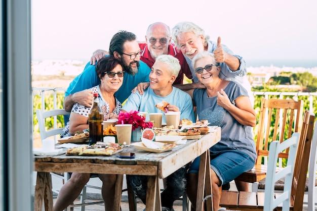 Groep blanke familiemensen genieten en vieren samen in de buitenlucht thuis