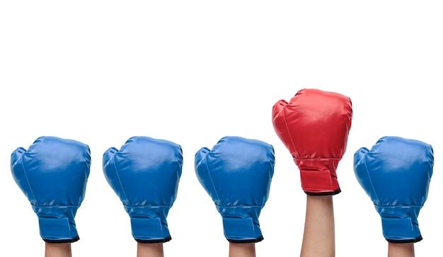 Groep blauwe bokshandschoenen met rode die duidelijk uitkomen