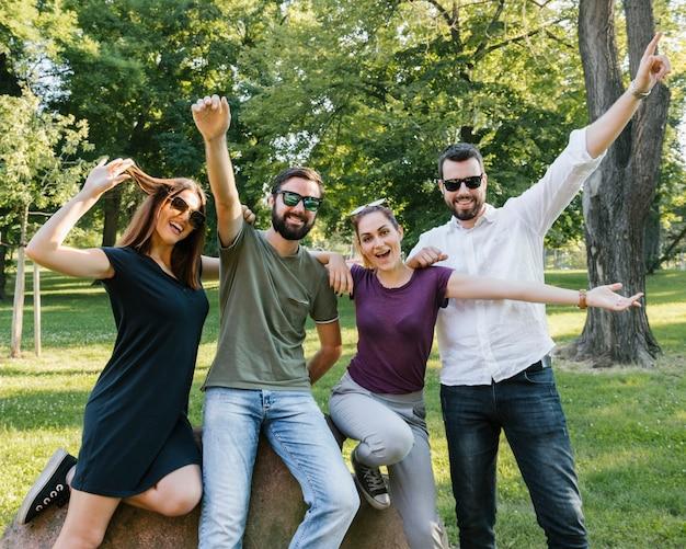 Groep blije volwassen vrienden plezier samen