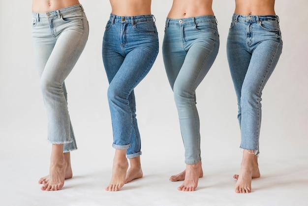 Groep blootvoetse vrouwen in jeans