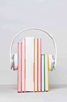 Groep boeken met de oortelefoons. audioboeken concept
