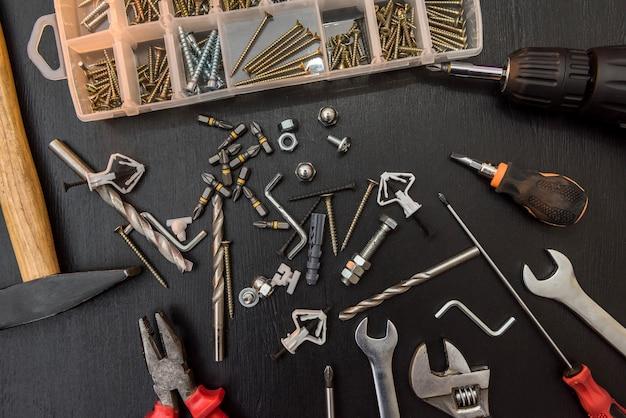 Groep boren, schroeven, bits voor schroevendraaierbits en binnenzeskantsleutel voor reparatie