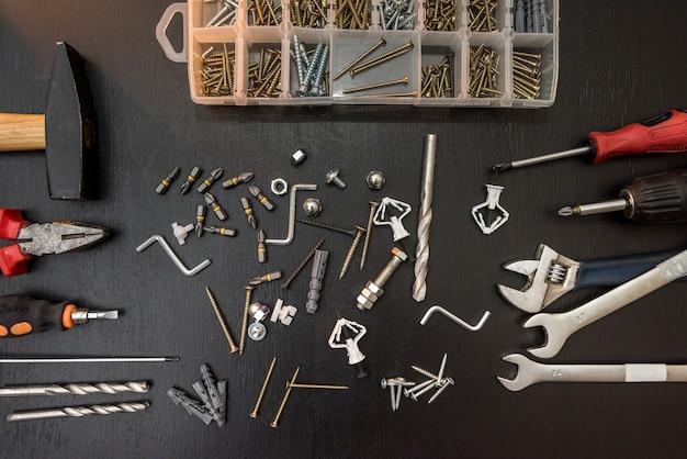 Groep boren, schroeven, schroevendraaierbits en inbussleutel voor reparatie