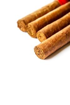 Groep bruine cubaanse sigaren die op wit worden geïsoleerd