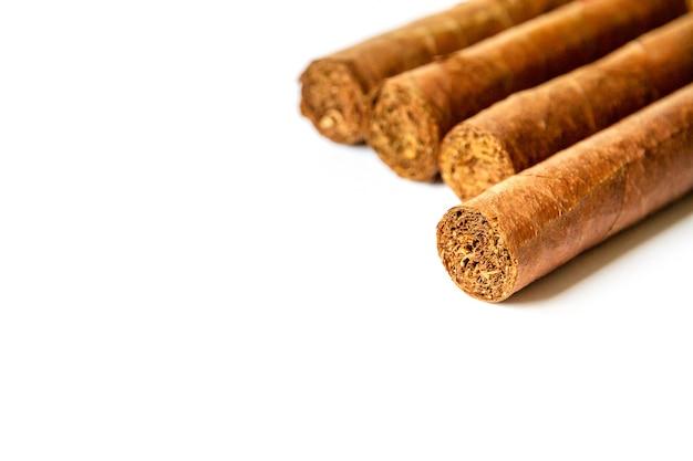 Groep bruine cubaanse sigaren geïsoleerd op een witte achtergrond
