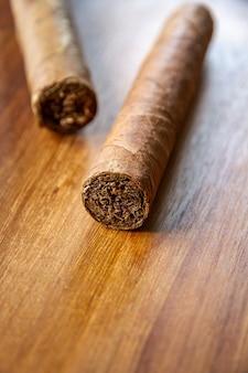 Groep bruine cubaanse sigaren op oud houten oppervlak