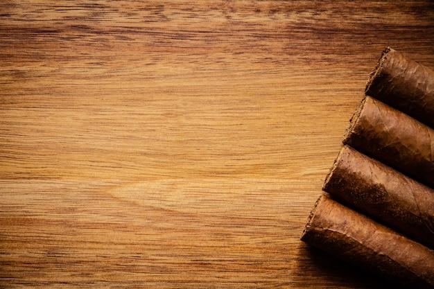 Groep bruine cubaanse sigaren op oude houten achtergrond
