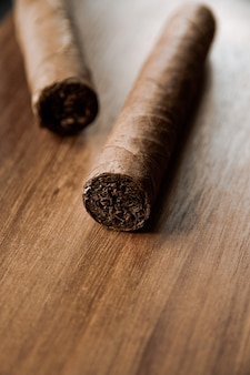 Groep bruine cubaanse sigaren op oude houten oppervlakte