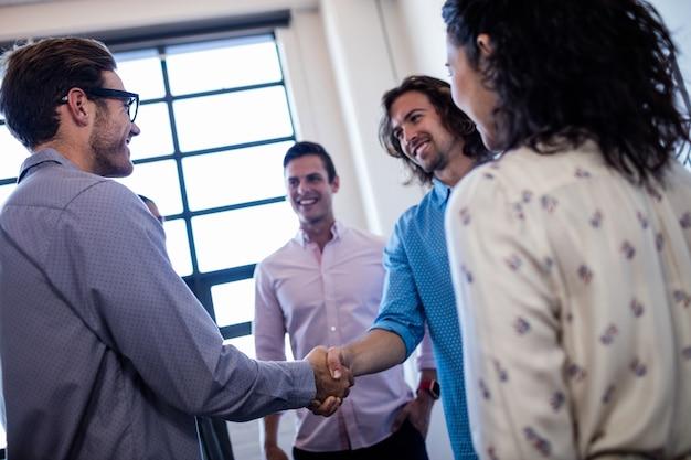 Groep collega's interactie en handshaking