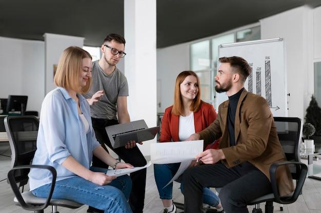 Groep collega's op kantoor praten