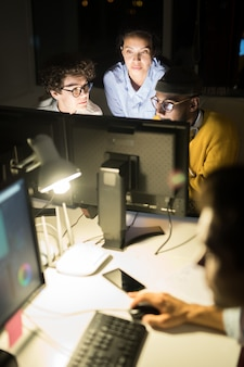 Groep collega's werken bij nacht