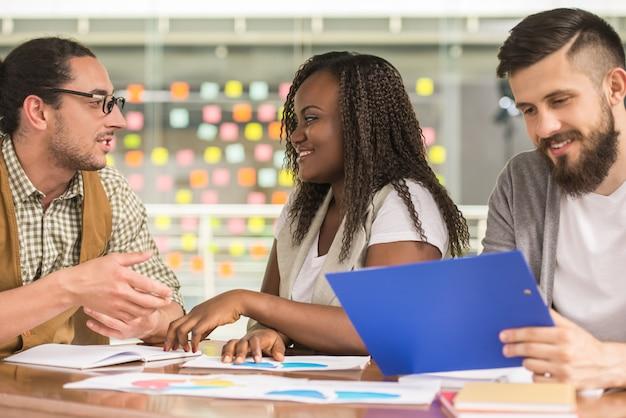 Groep creatieve jongeren die samenwerken.