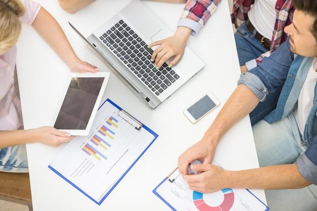 Groep creatieve mensen die op kantoor en brainstormimg zitten