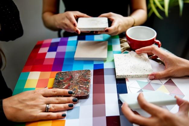 Groep creatieve mensen die samenkomen