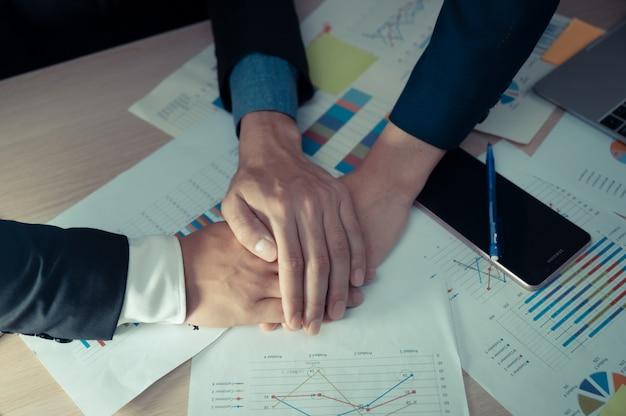 Groep de vergaderingsconcept van de bedrijfsmensen divers uitwisselings van ideeën, die in het bureauconcept werken