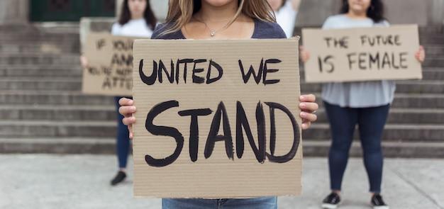 Groep demonstranten die samen demonstreren