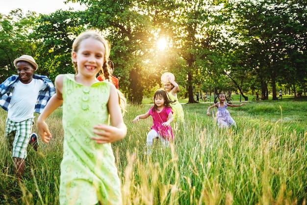 Groep die diverse kinderen in het park speelt