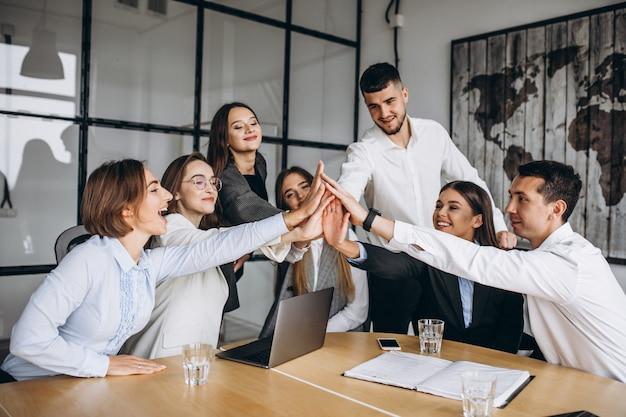 Groep die mensen businessplan in een bureau uitwerkt