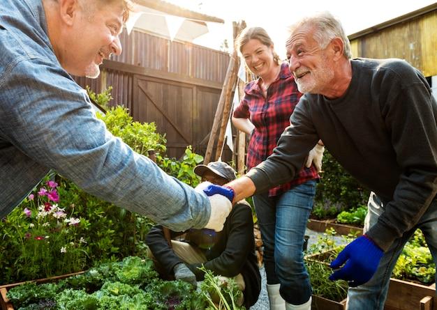Groep die mensen tuinbinnenplaats samen tuinieren
