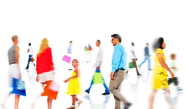 Groep diverse drukke mensen winkelen