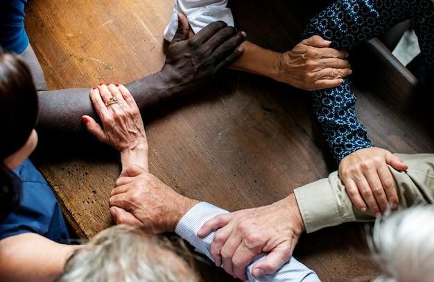 Groep diverse handen die elkaar voorarmen houden