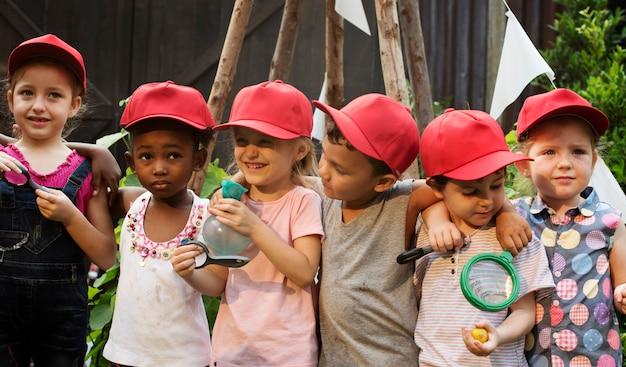 Groep diverse jonge geitjes het leren omgeving samen