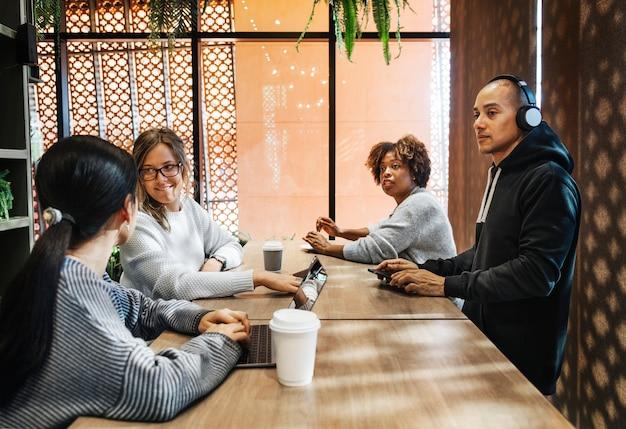 Groep diverse mensen die een commerciële vergadering hebben
