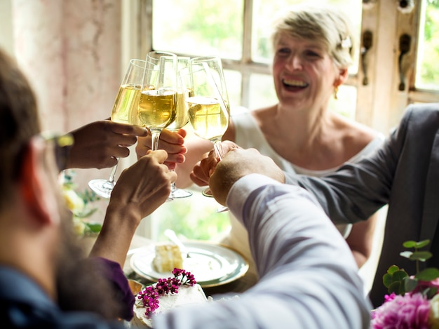 Groep diverse mensen die wijnglazen samen clinking