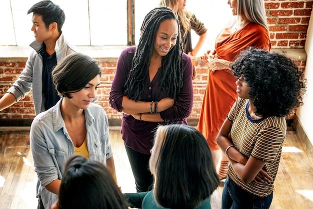 Groep diverse mensen in een workshop
