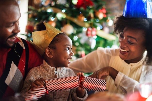 Groep diverse mensen verzamelen voor kerstvakantie