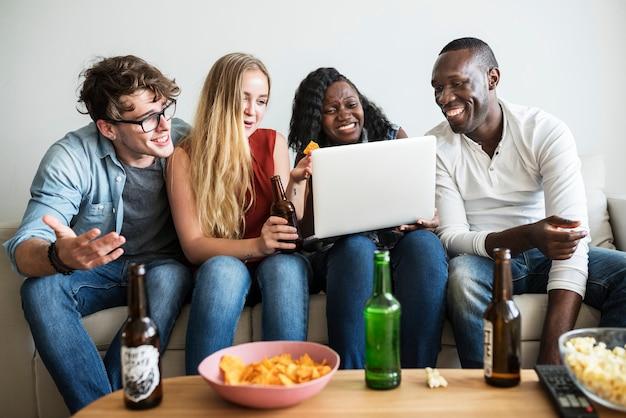 Groep diverse vrienden die en digitale apparaten hangen hangen