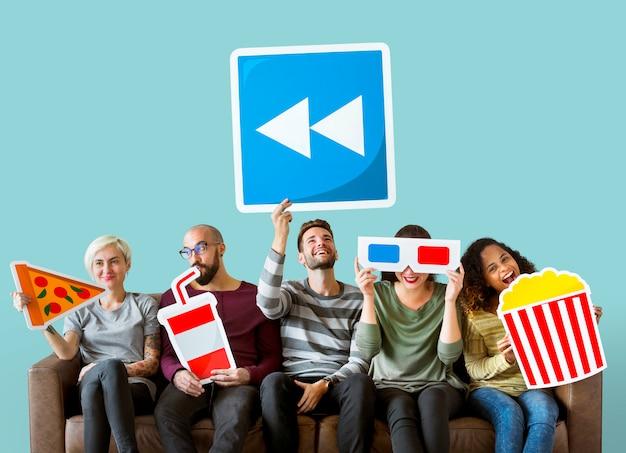 Groep diverse vrienden die film houden emoticons