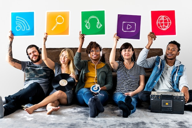 Groep diverse vrienden die technologiepictogrammen houden