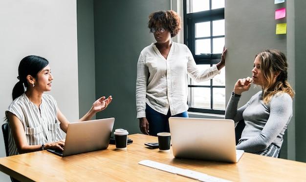 Groep diverse vrouwen die een commerciële vergadering hebben